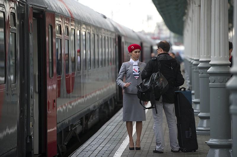 Проводник поезда и пассажир
