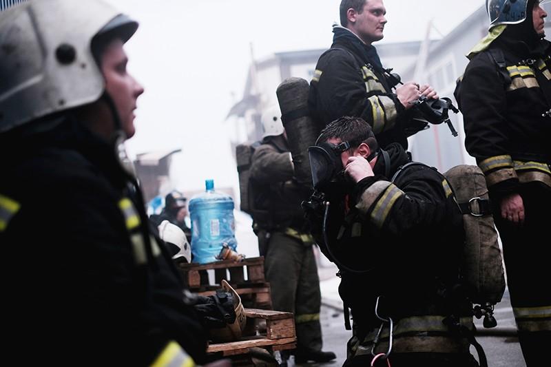 Сотрудники МЧС на месте тушения пожара