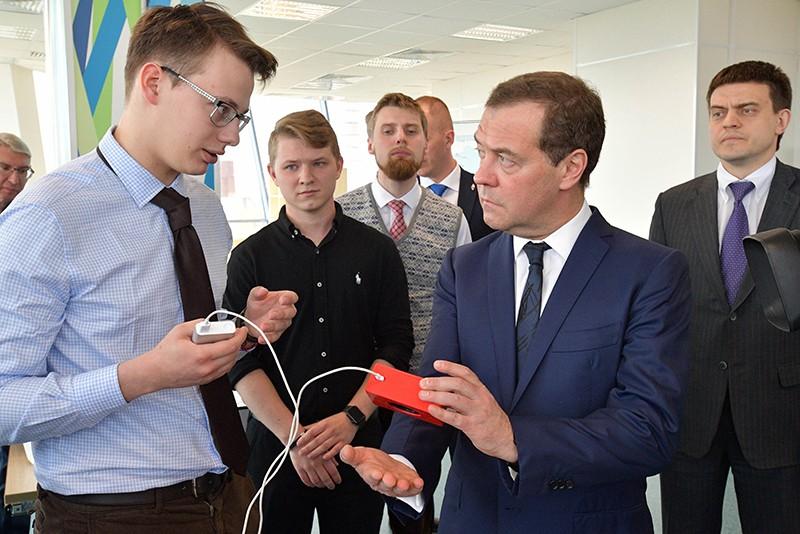 Дмитрий Медведев во время посещения Московского физико-технического института