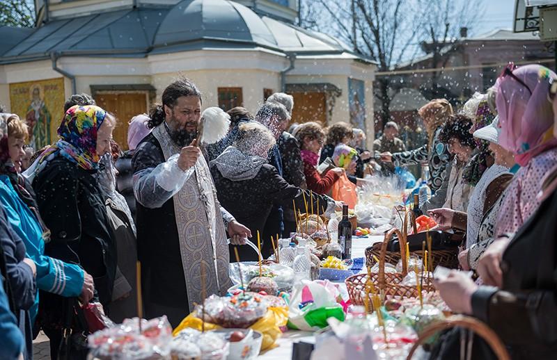 Верующие освящают пасхальные куличи и яйца в Великую субботу