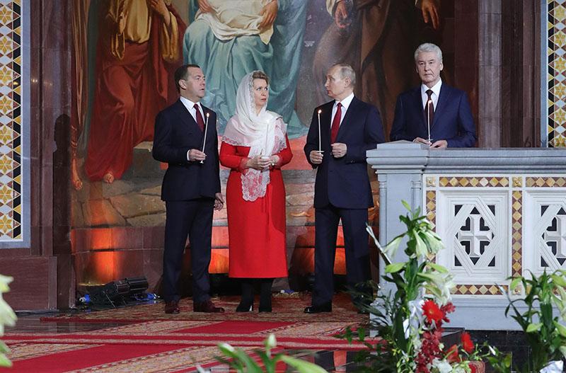 Владимир Путин, Дмитрий Медведев с супругой Светланой и Сергей Собянин на пасхальном богослужении