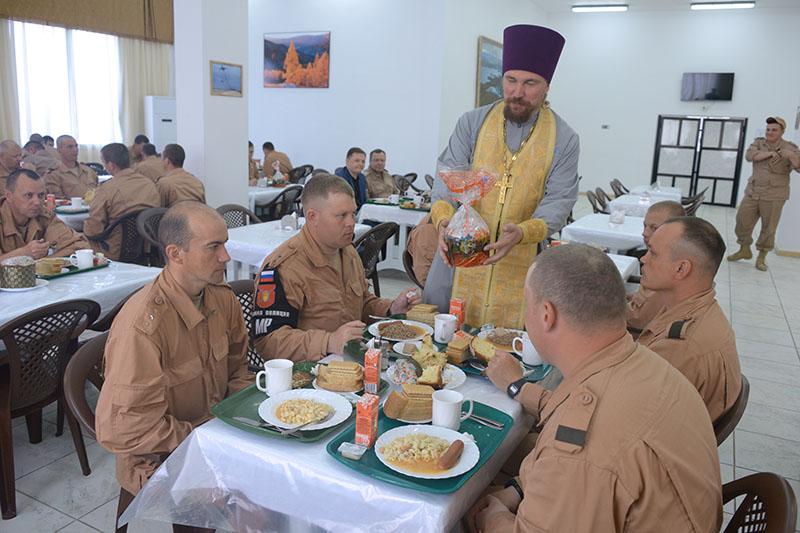 Священнослужитель дарит куличи в столовой военной авиабазы Хмеймим