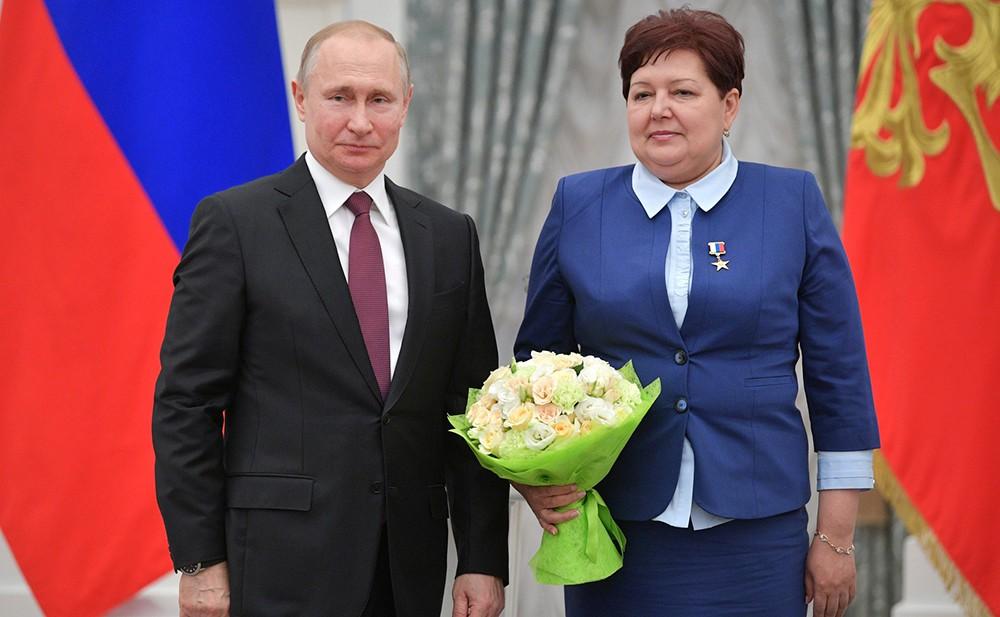 Владимир Путин и дежурный по сортировочной горке железнодорожной станции Инская Ольга Бочкарёва