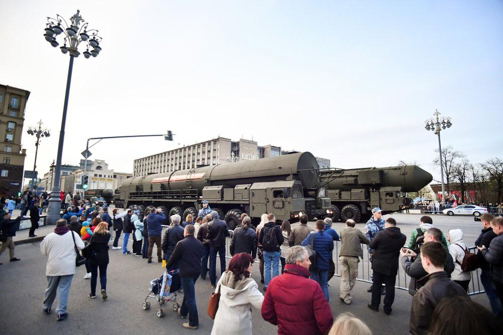 Колонна военной техники, следующая на репетицию Парада Победы