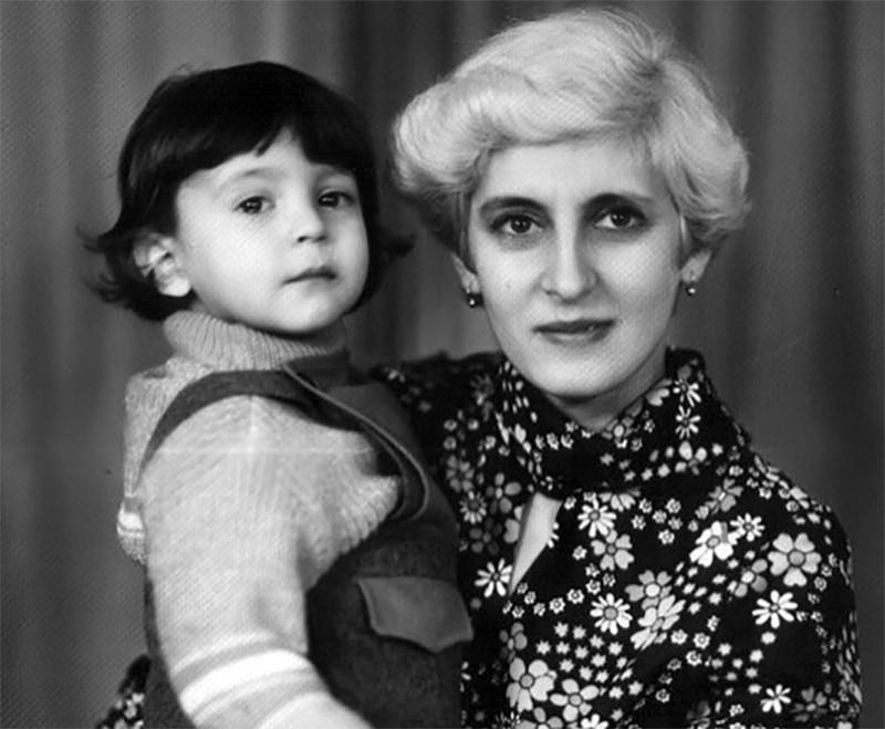 Владимир Зеленский на руках у мамы