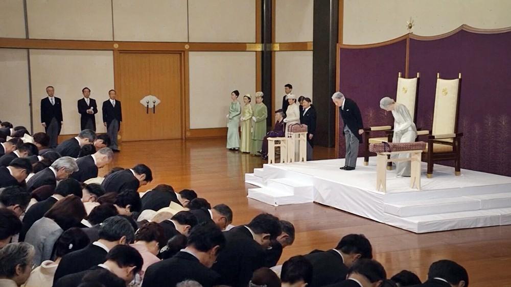 Император Японии Акихито слагает полномочия