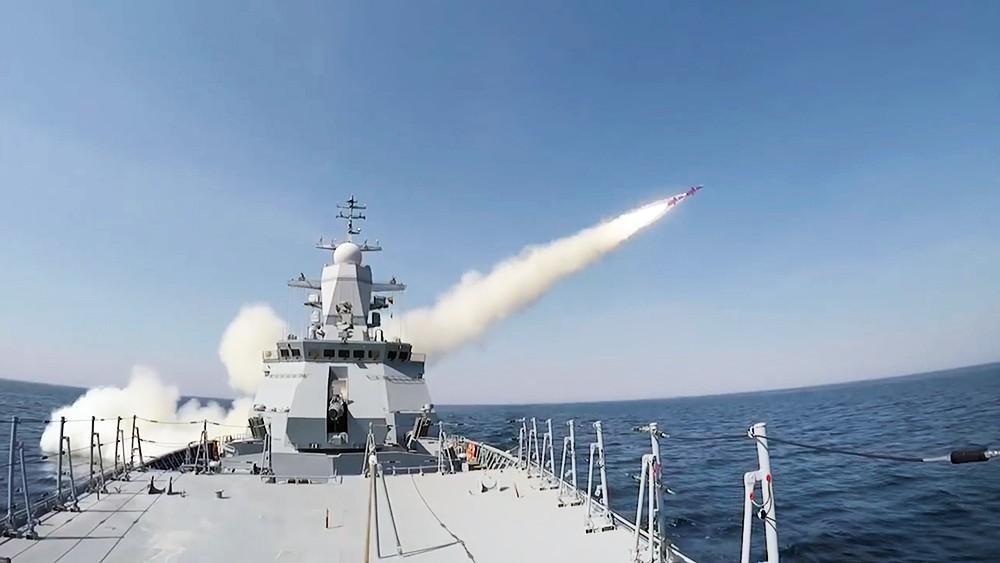 """Пуск ракет """"Уран"""" с коробля ВМФ России"""