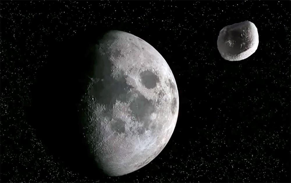 Метеорит возле Луны