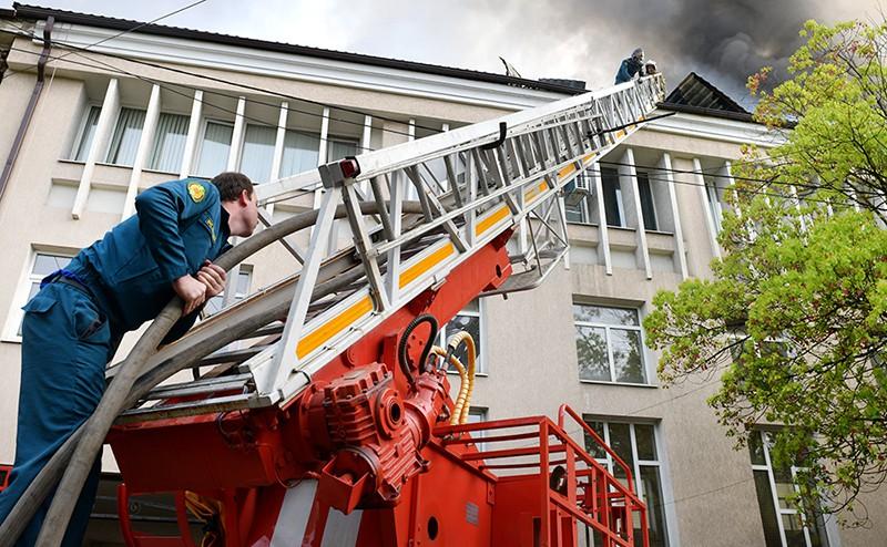 Пожарные Абхазии на месте возгорания в школе в Сухуме