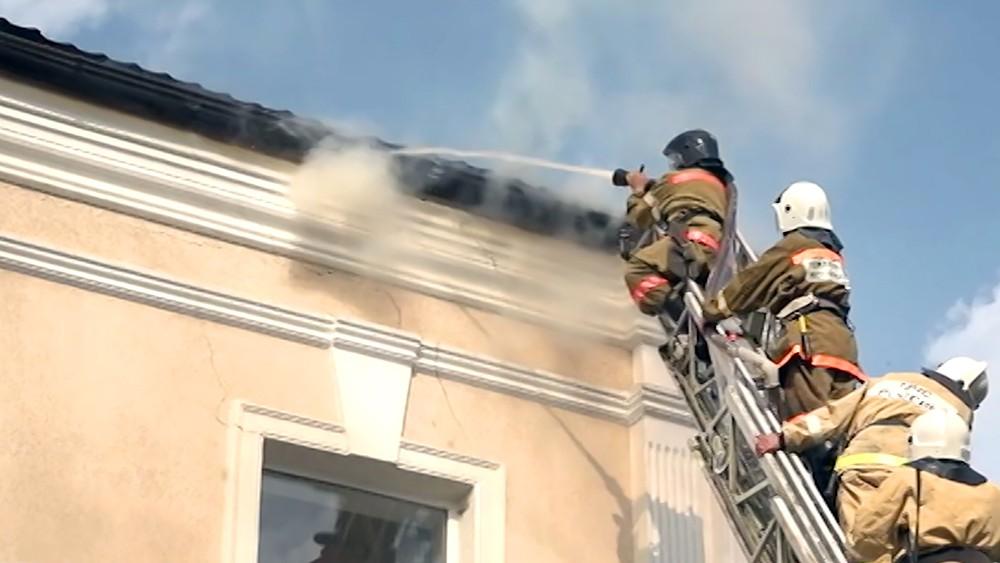 Пожарные тушат возгорания в доме