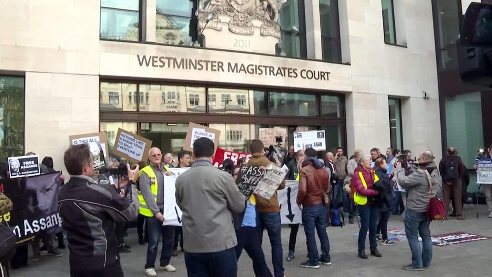 Митинг за освобождение Джулиана Ассанжа возле здания суда в Лондоне