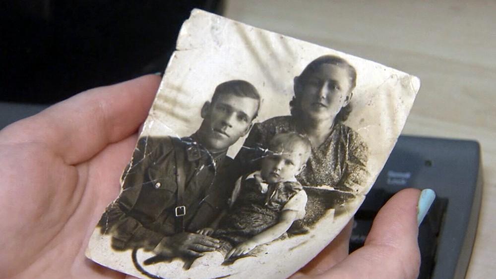 Старая фотография в руках