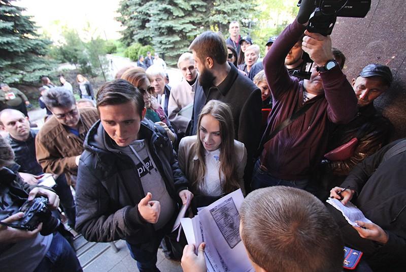 Жители Донецка в очереди на подачу заявлений о получении гражданства России в упрощенном порядке