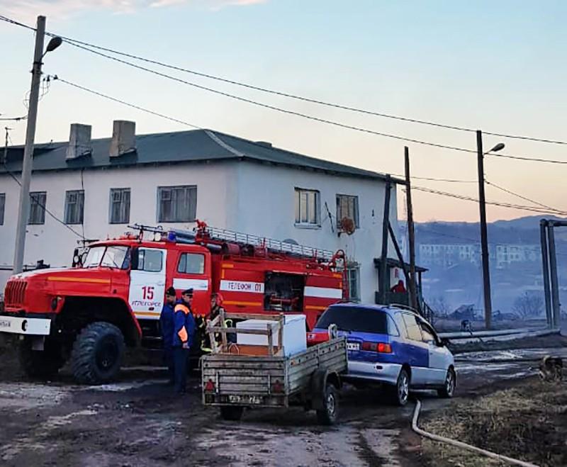 Пожарные Сахалина на месте возгорания