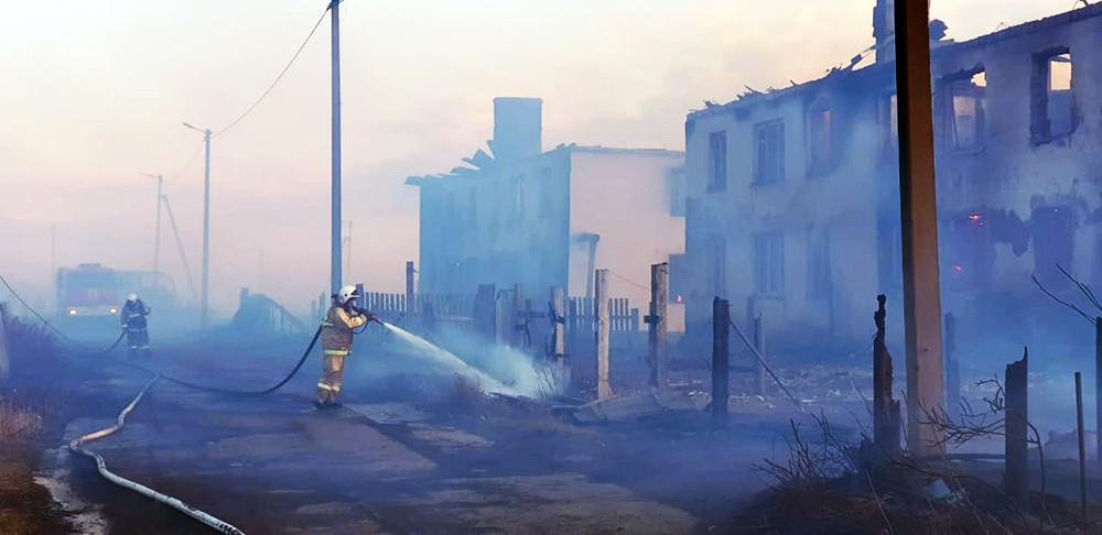 Пожарные на месте сгоревших домов