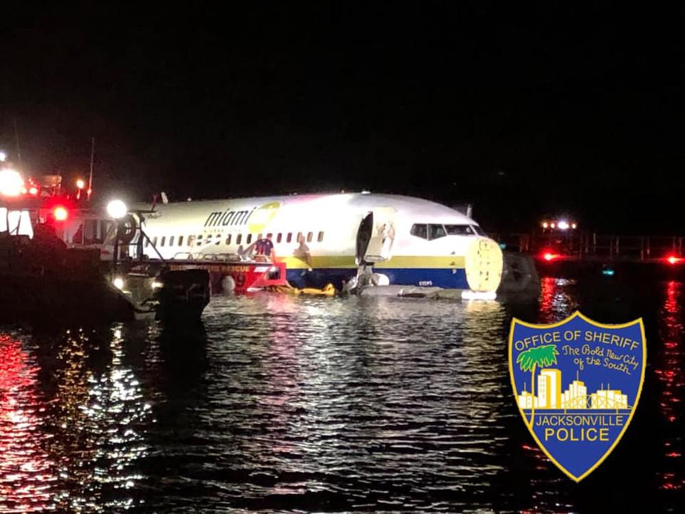 Самолет Boeing 737 после посадки съехал в реку в США