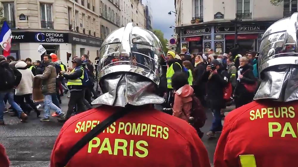 """Участники акции протеста """"жёлтых жилетов"""" в Париже"""