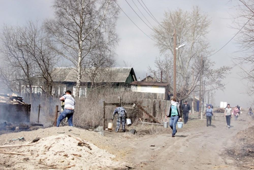 Жители деревни тушат пожар
