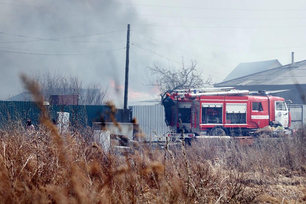 Пожарные на месте возгорания в поселке