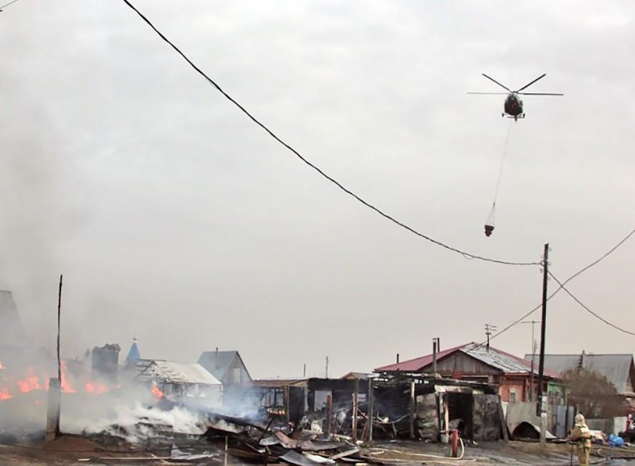 Вертолет МЧС тушит пожар в поселке