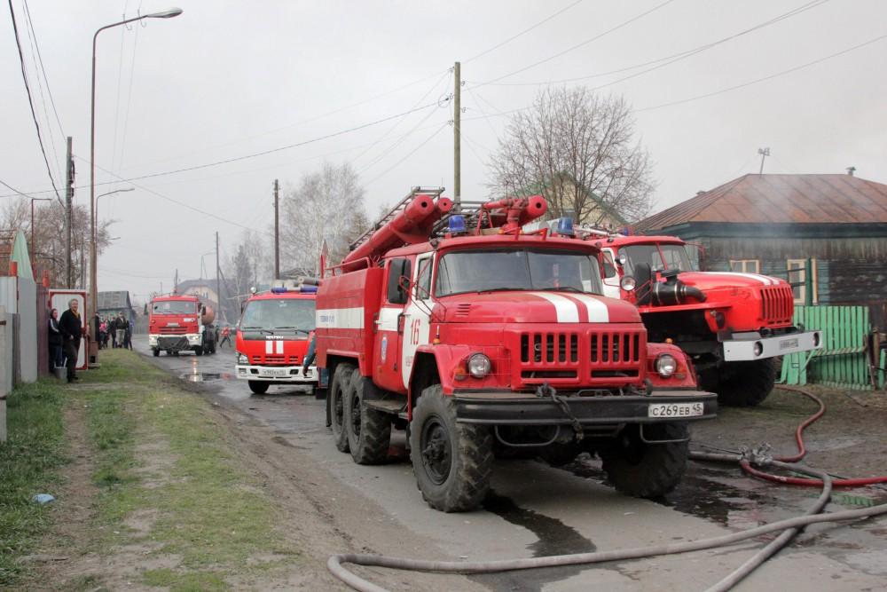 Пожарные на месте возгорания в поселке в Курганской области