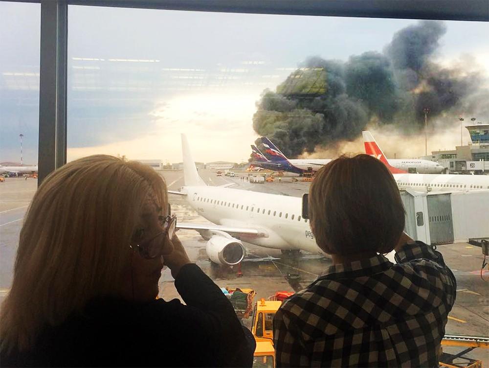 Горящий пассажирский самолет Superjet в Шереметьево