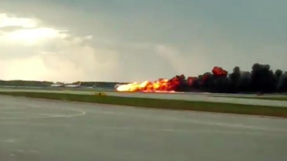 Момент посадки горящего пассажирского самолета Superjet в Шереметьево