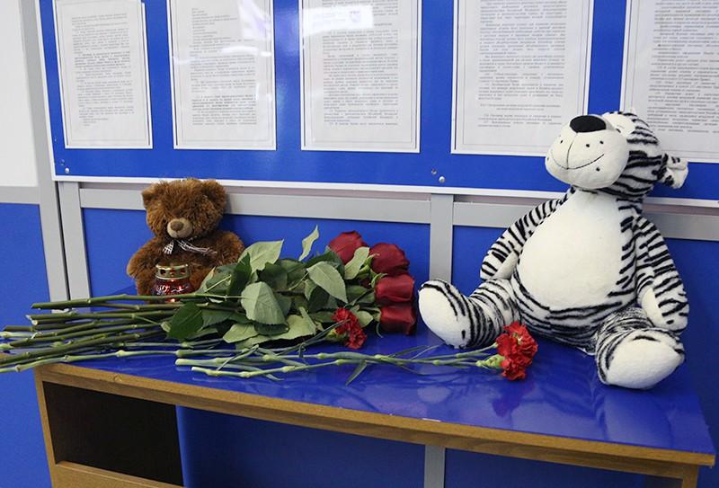 Цветы, свечи и игрушки в аэропорту Мурманска