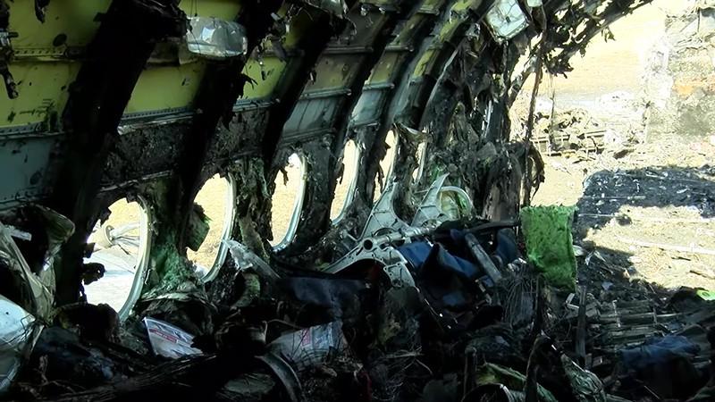 """Обгоревший фюзеляж самолета компании """"Аэрофлот"""" Sukhoi Superjet-100 на летном поле в аэропорту Шереметьево"""