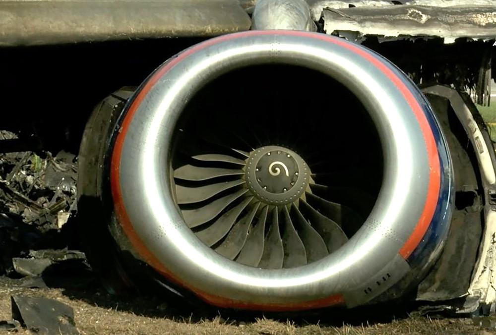 Выгоревший пассажирский самолет Superjet в Шереметьево