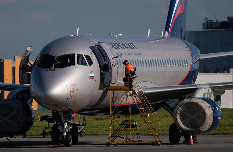 """Sukhoi Superjet 100 на стоянке самолетов в аэропорту """"Шереметьево"""""""