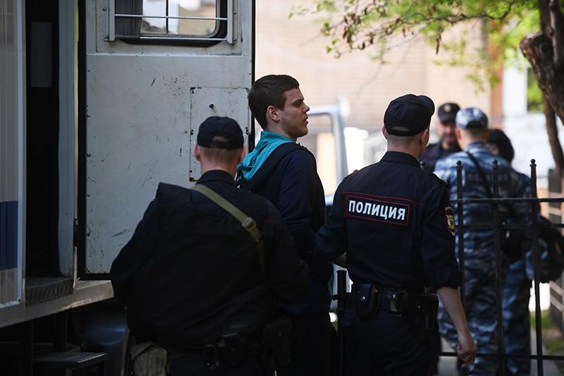 Футболист Александр Кокорин выходит из автозака у здания Пресненского суда города Москвы