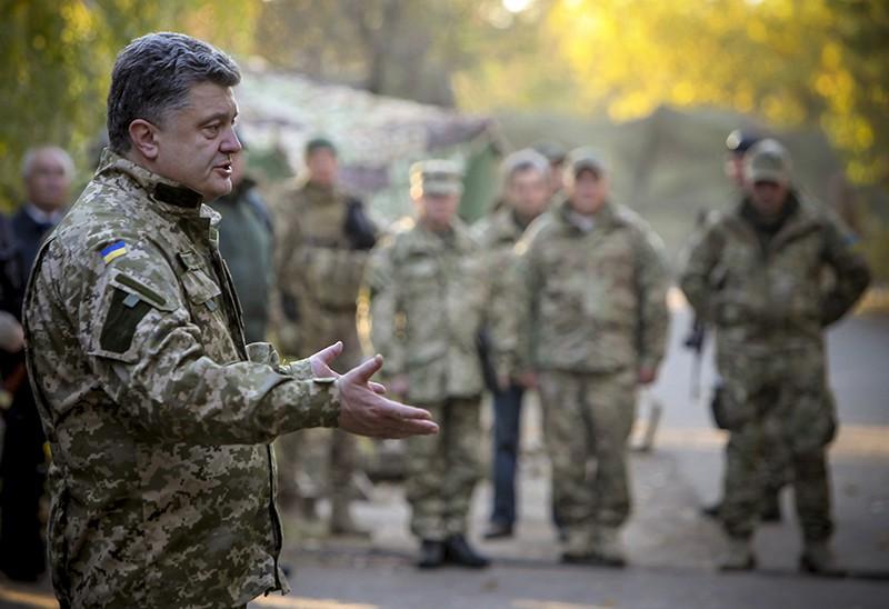 Петр Порошенко общается с военнослужащими