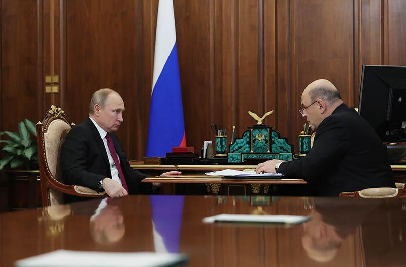 Владимир Путин и руководитель Федеральной налоговой службы (ФНС) Михаил Мишустин