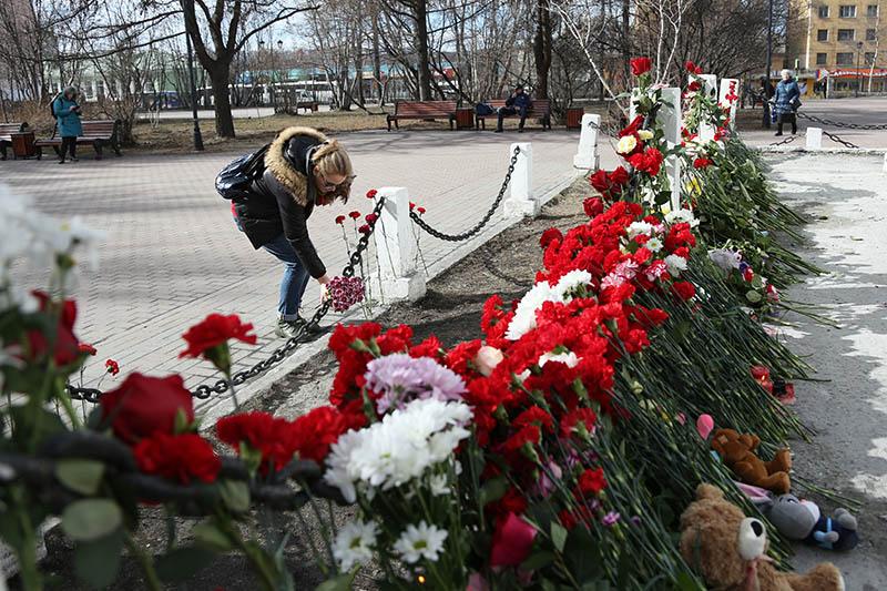 Цветы в память о погибших на борту самолета Superjet 100