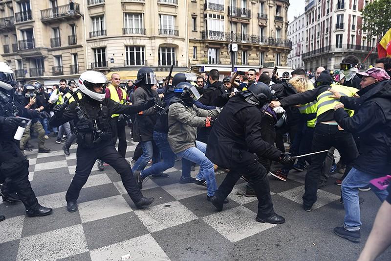 Столкновение полицейских и участников уличных беспорядков в Париже