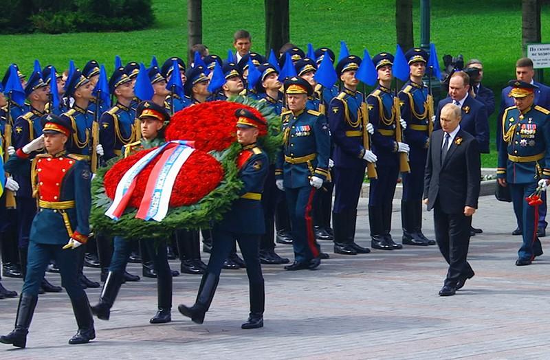 Владимир Путин на церемонии возложения цветов к Могиле Неизвестного солдата в Александровском саду