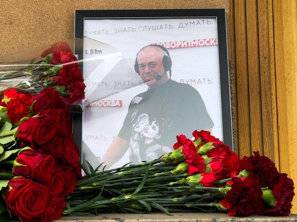 Цветы в память о журналисте Сергее Доренко