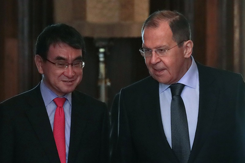 Глава МИД России Сергей Лавров и глава МИД Японии Таро Коно во время встречи