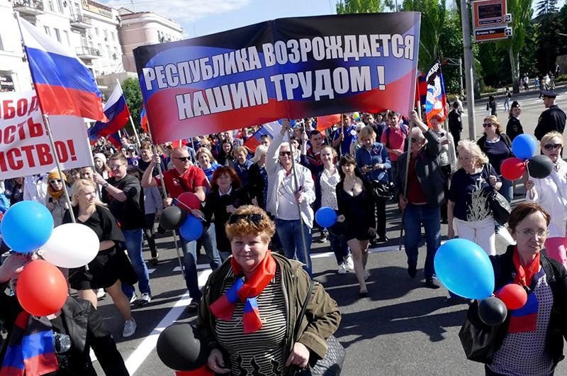 Участники торжественного шествия в Донецке