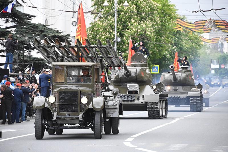 """Боевая машина """"Катюша"""" и танки Т-34-85 на военном параде в Севастополе"""