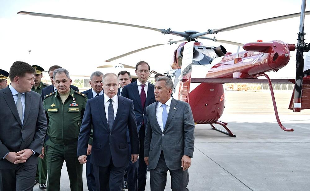 Владимир Путин осмотрел Ми-38Т во время посещения Казанского авиационного завода имени С. П. Горбунова