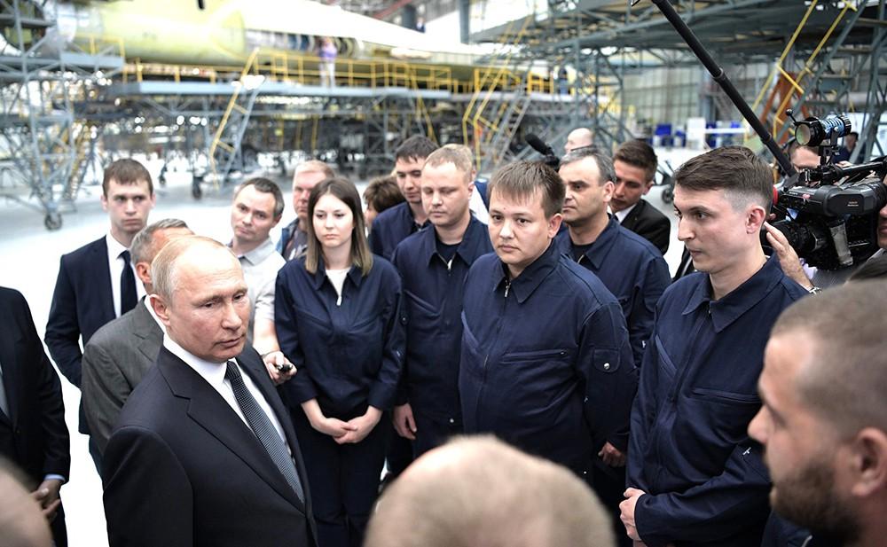 Владимир Путин во время посещения Казанского авиационного завода имени С. П. Горбунова