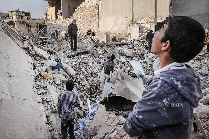 Жители Сирии на руинах разрушенного дома