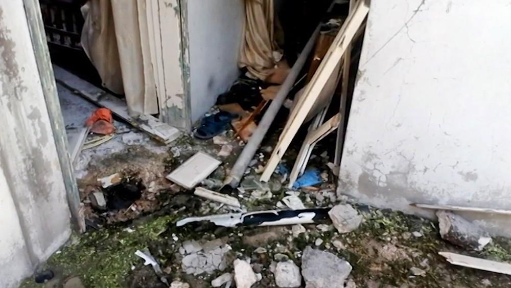 Последствия обстрела боевиками жилых домов в Сирии