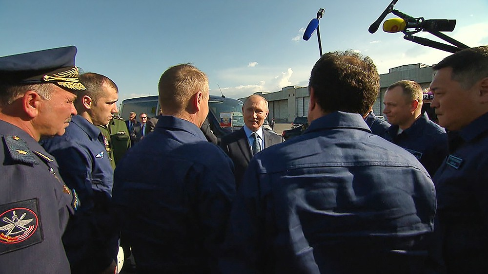 Владимир Путин общается с лёткиками