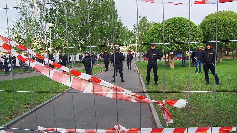 Забор огороженной территории сквера в Екатеринбурге, где планируется построить храм святой Екатерины