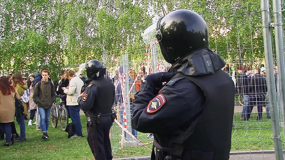 Полиция возле забора огороженной территории сквера в Екатеринбурге, где планируется построить храм святой Екатерины