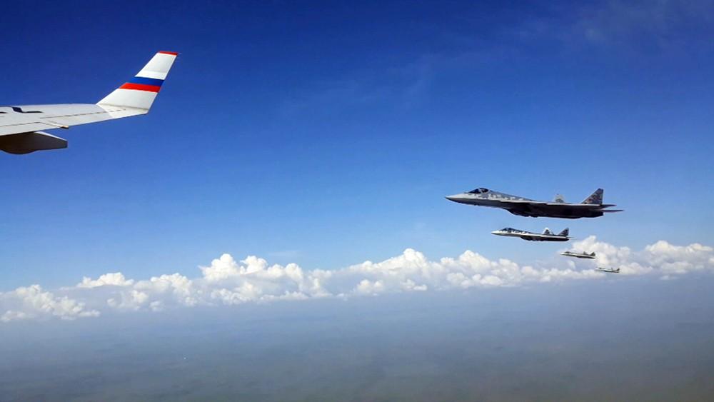 Спецборт президента России в сопровождении Су-57