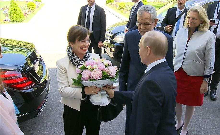 Владимир Путин дарит цветы супруге президента Австрии Александра Ван дер Беллена